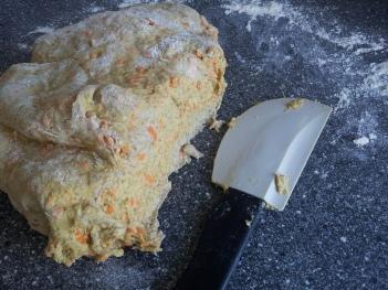 Dejen er en smule klæbrig, men til gengæld bliver bollerne så meget desto mere luftige og lækre, når man putter revet gulerod i.